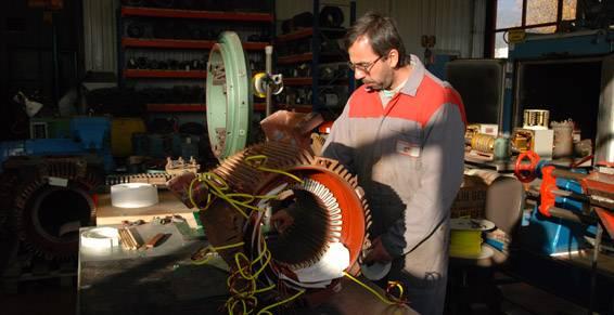 insertion d'une bobine dans un moteur électrique